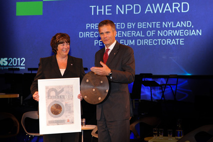 Director general Bente Nyland awards the prize to Statoil CEO Helge Lund